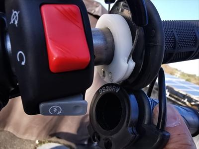 セロー250にグリップヒーターを装着する画像