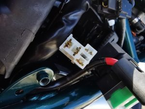 セロー250のヘッドライトリレースイッチのカバーを外した画像