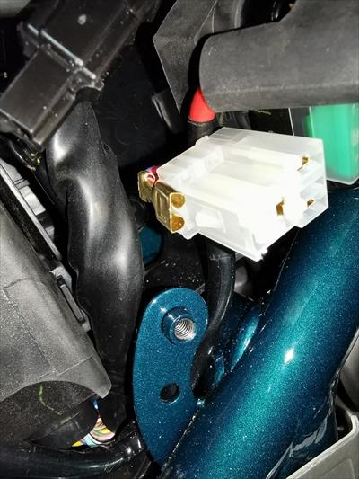セロー250のヘッドライトリレーから端子を外す